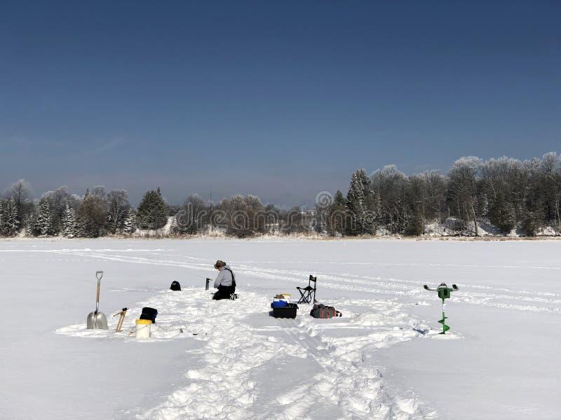 Pêche de glace un matin givré photo stock