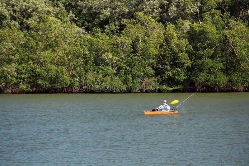 Pêche de kayak dans les marais images libres de droits