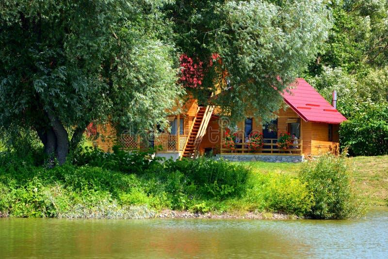 Pêche de la jument d'Aita de lac Paysage rural typique dans les plaines de la Transylvanie, Roumanie photos libres de droits