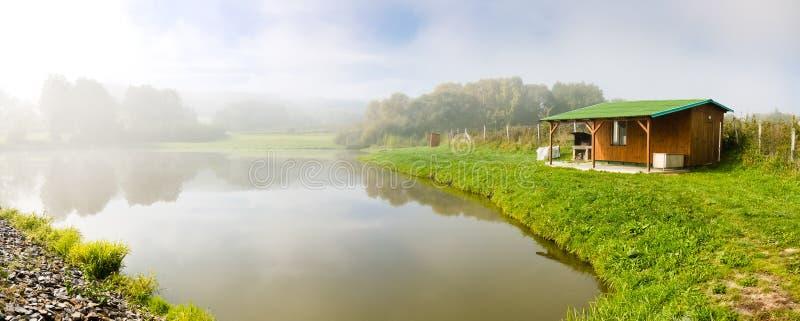 Pêche de la loge au-dessus de l'étang images stock