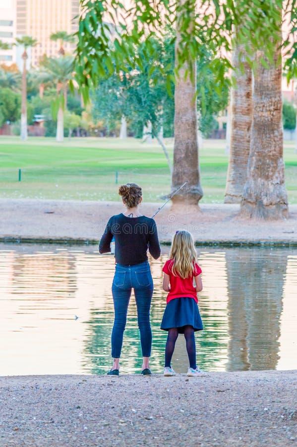 Pêche de mère et de fille image libre de droits
