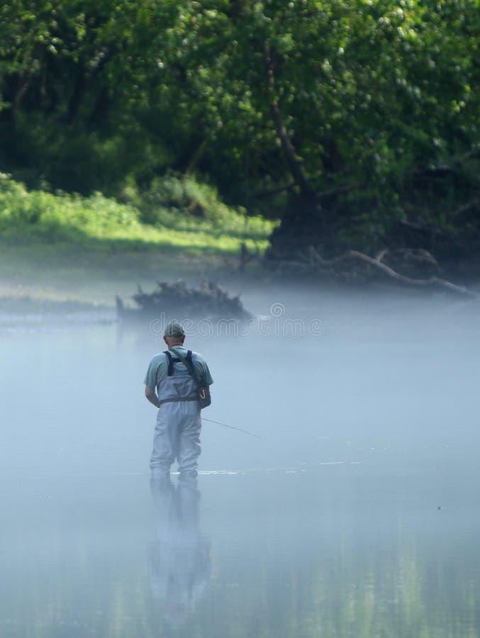 Pêche de mouche dans les eaux calmes image libre de droits