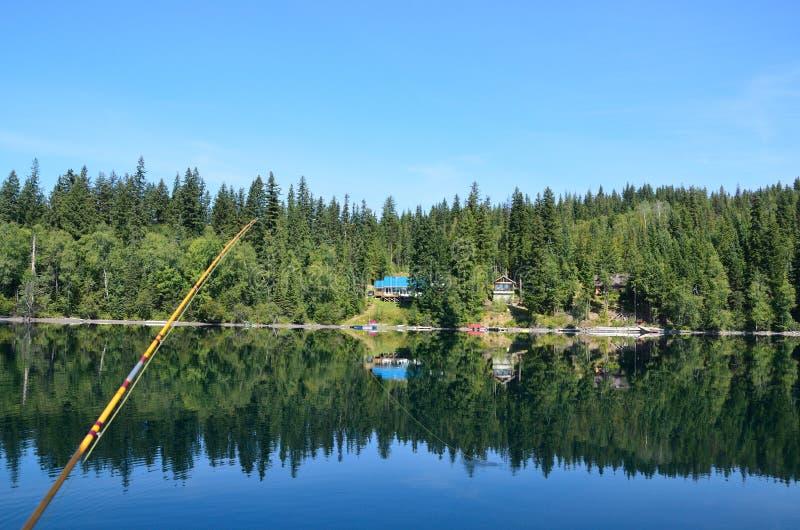 Pêche de mouche sur un beau lac image stock