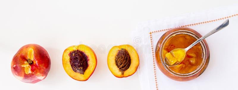 Pêche de nectarine de fruits, confiserie de confiture d'abricot dans le pot en verre et photographie stock libre de droits