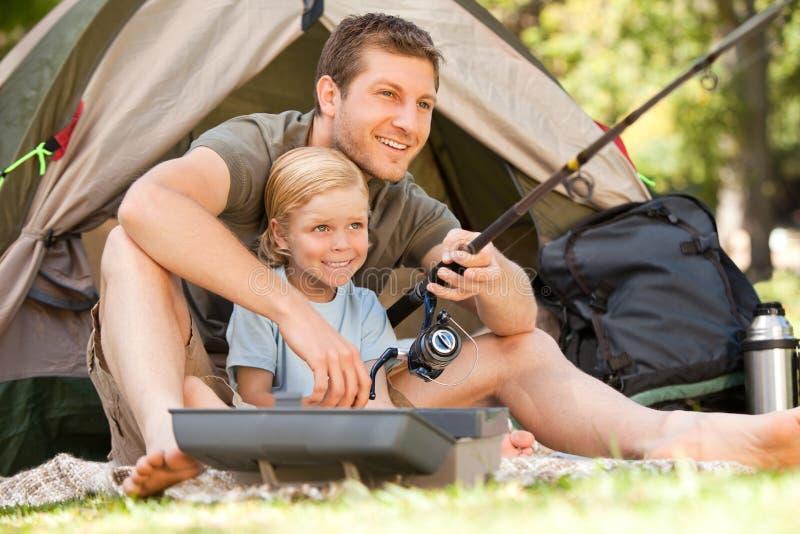 Pêche de père avec son fils photographie stock