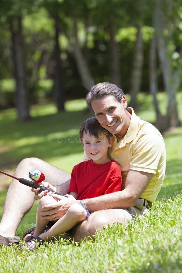 Pêche de père avec son fils sur un fleuve images libres de droits