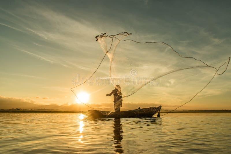 Pêche de pêcheur au lac dans le matin, Thaïlande images stock