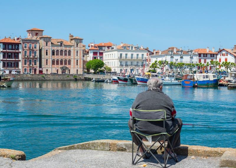 Pêche de pêcheur en port de Saint-Jean de Luz - de Ciboure L'Aquitaine, France photos libres de droits