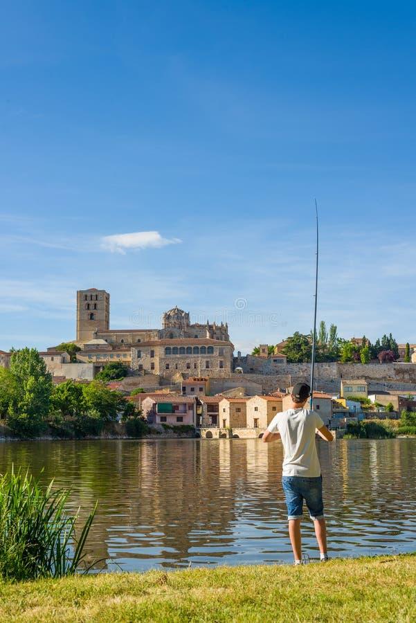 Pêche de pêcheur en rivière de Duero l'Espagne zamora photos libres de droits