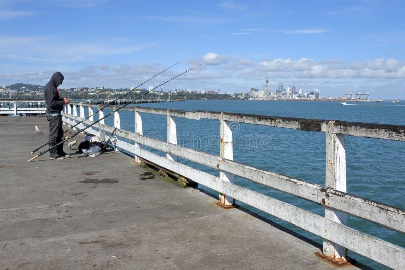 Pêche de pêcheur de quai Auckland de baie d'Okahu photographie stock libre de droits