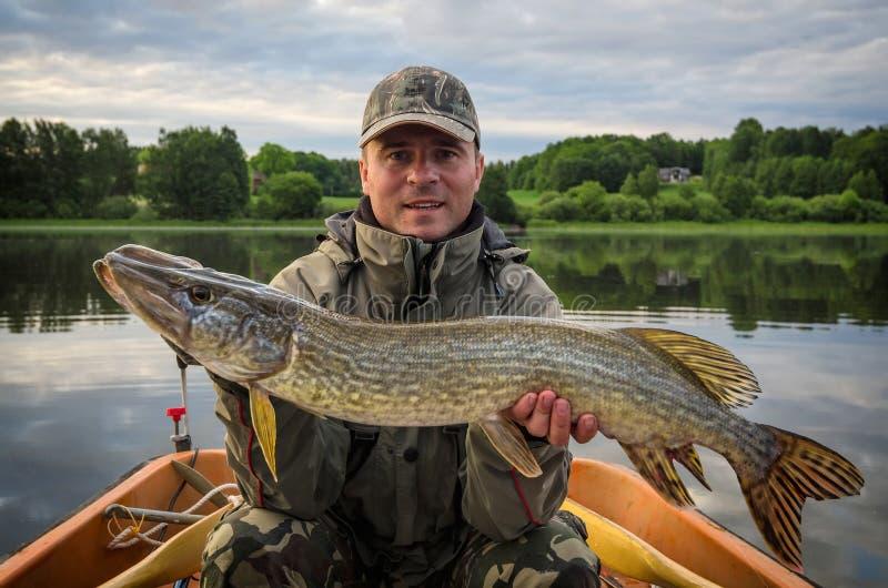 Pêche de Pike dans le lac scandinavian d'été photographie stock libre de droits