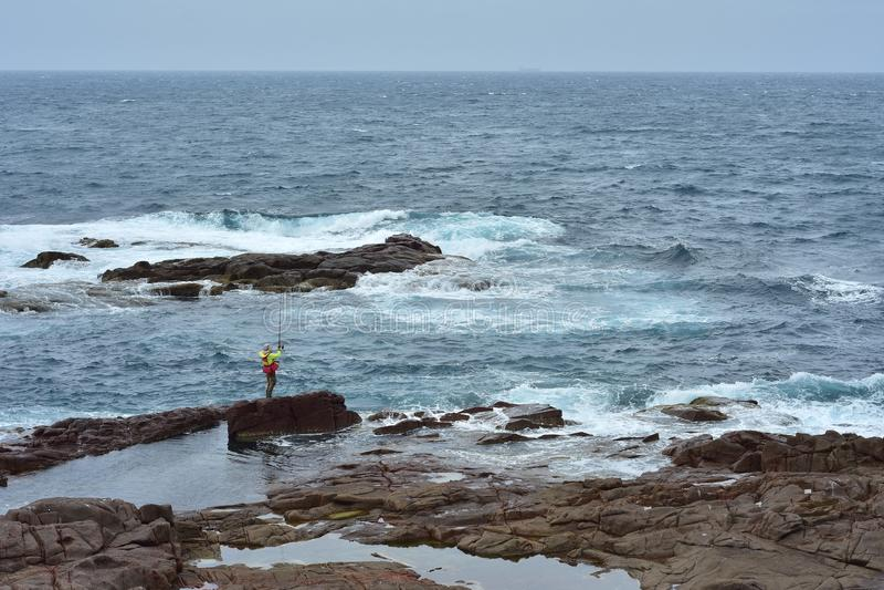 Pêche de roche sur la côte rocheuse photographie stock