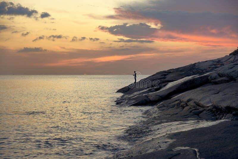 Pêche de soirée au coucher du soleil photographie stock libre de droits