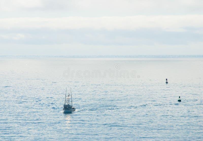 Pêche des retours de chalutier au port d'attache photos libres de droits