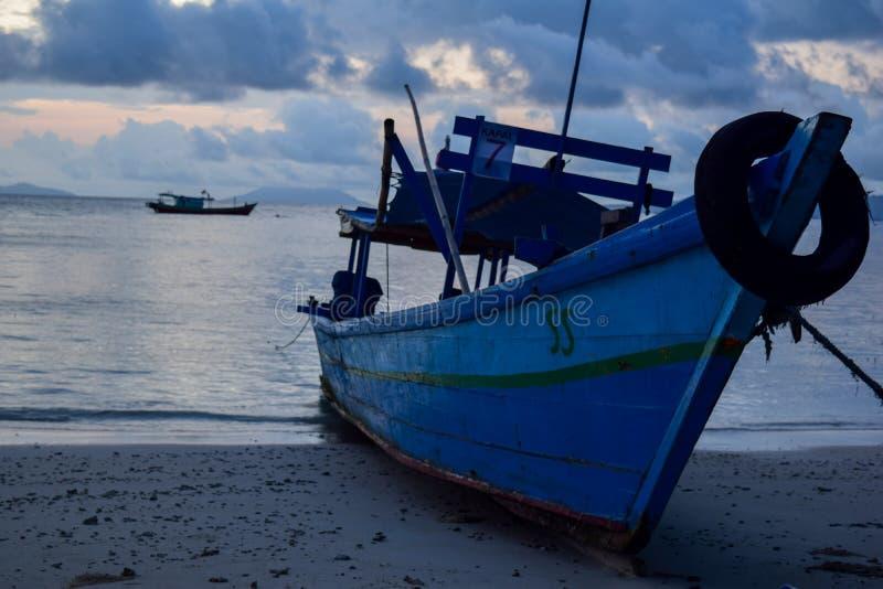 Pêche du bateau en bois près de l'île de pahawang Bandar Lampung l'indonésie photos libres de droits