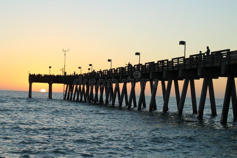 Pêche du pilier sur le Golfe du Mexique au coucher du soleil photos stock