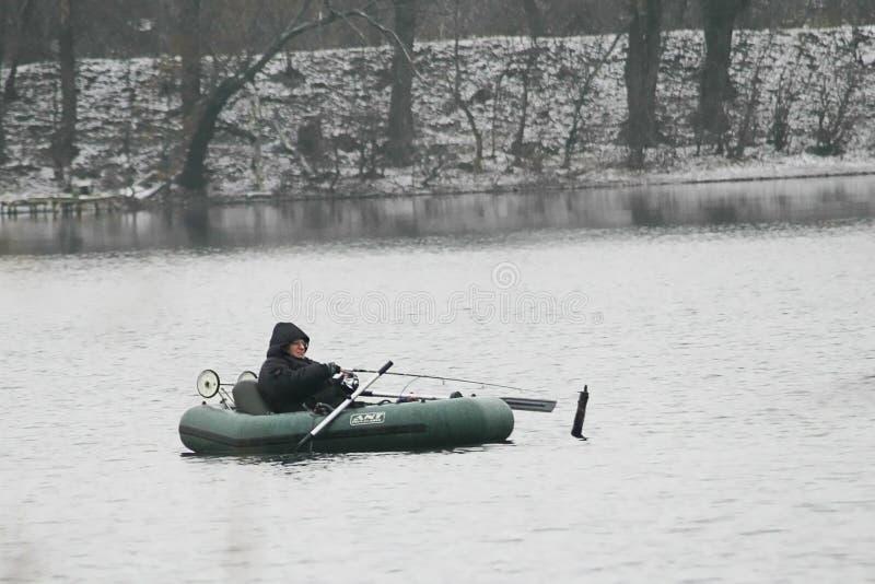 Pêche en le bateau en automne en retard photos stock