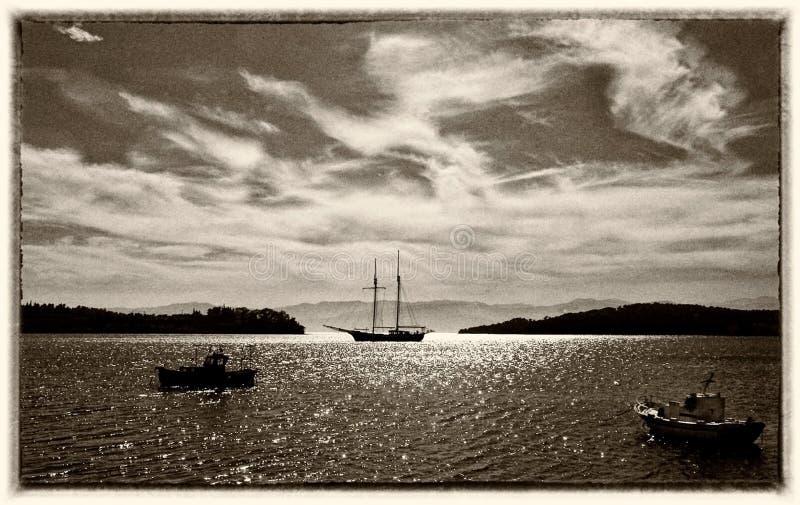 Pêche et bateaux à voile dans la baie images stock