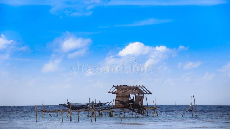 Pêche maritime flottant le ciel traditionnel de maison photo libre de droits