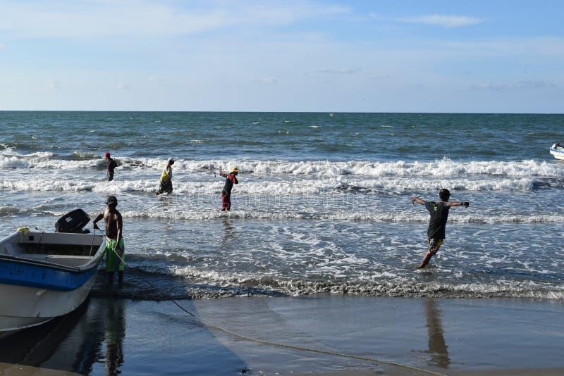 Pêche nette à Carthagène, Colombie photographie stock libre de droits