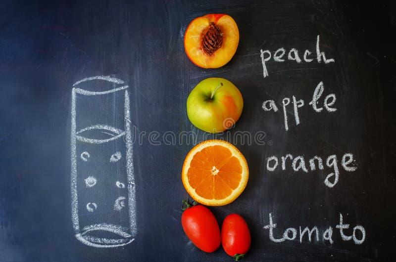 Pêche, orange, tomate ; Des fruits d'Apple avec des mots est écrits avec c photo stock
