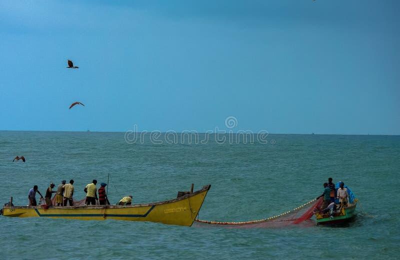 Pêche pendant la tempête photos libres de droits