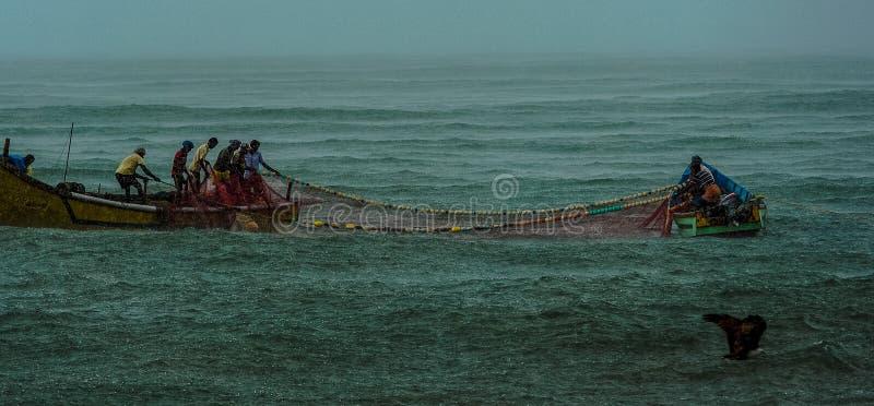 Pêche pendant la tempête photographie stock
