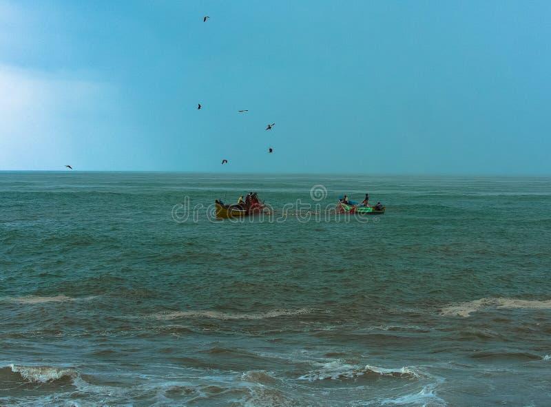 Pêche pendant la tempête photos stock