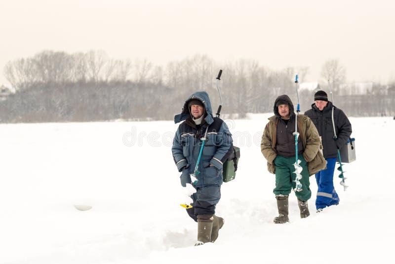Pêche russe de glace de pêcheurs en hiver image libre de droits
