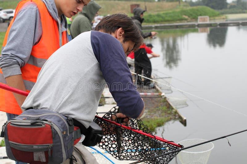 Pêche sportive Folâtre la pêche de truite images libres de droits