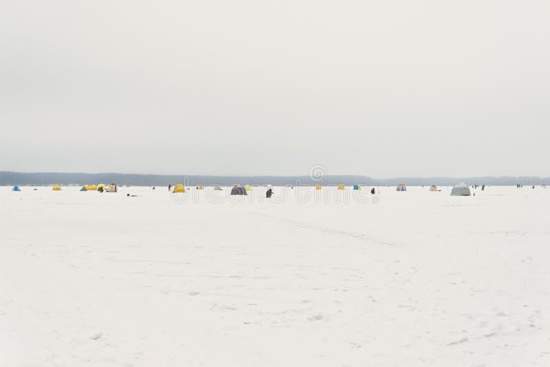 Pêche sur un lac d'hiver image libre de droits