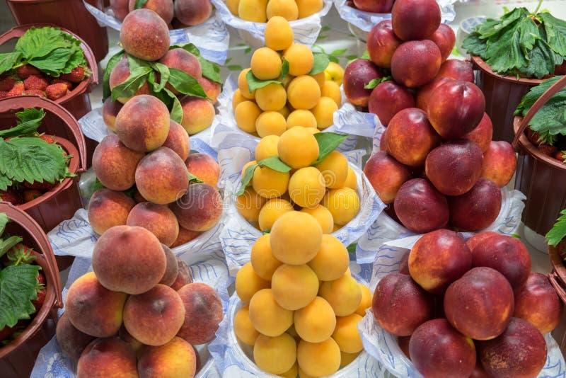 Pêches, abricots et nectarines à vendre au marché de ville image stock