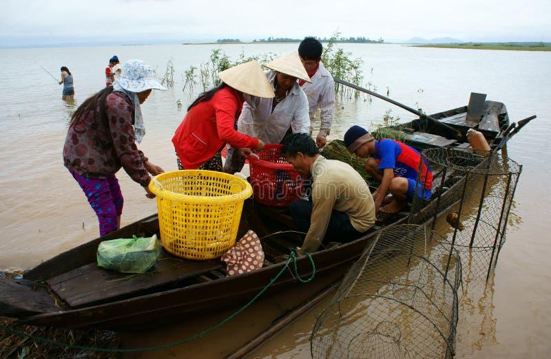 Pêcheur asiatique, tri poissons d'un lac, rivière photographie stock