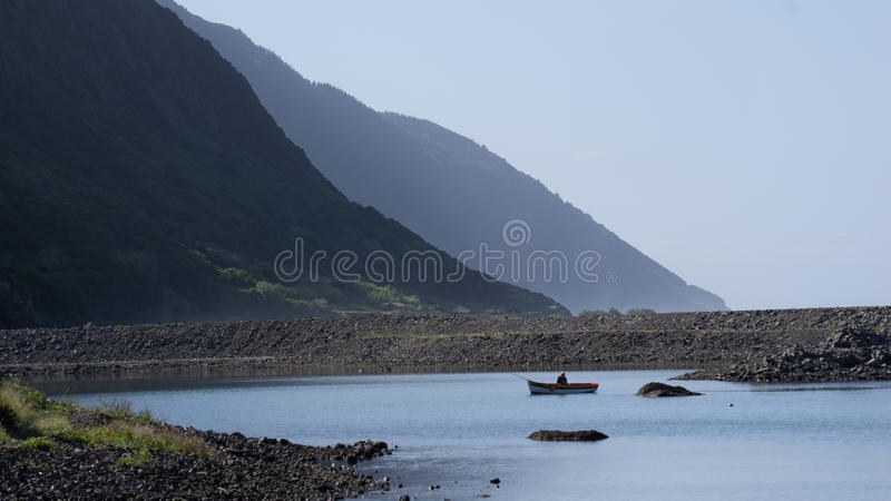 Pêcheur au lac dans le sao Jorge, Açores photographie stock libre de droits