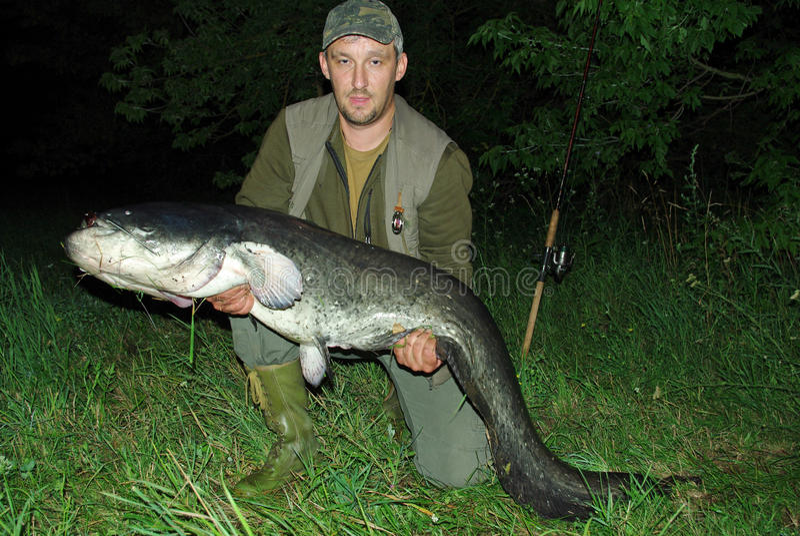 Pêcheur avec de grands poissons images stock