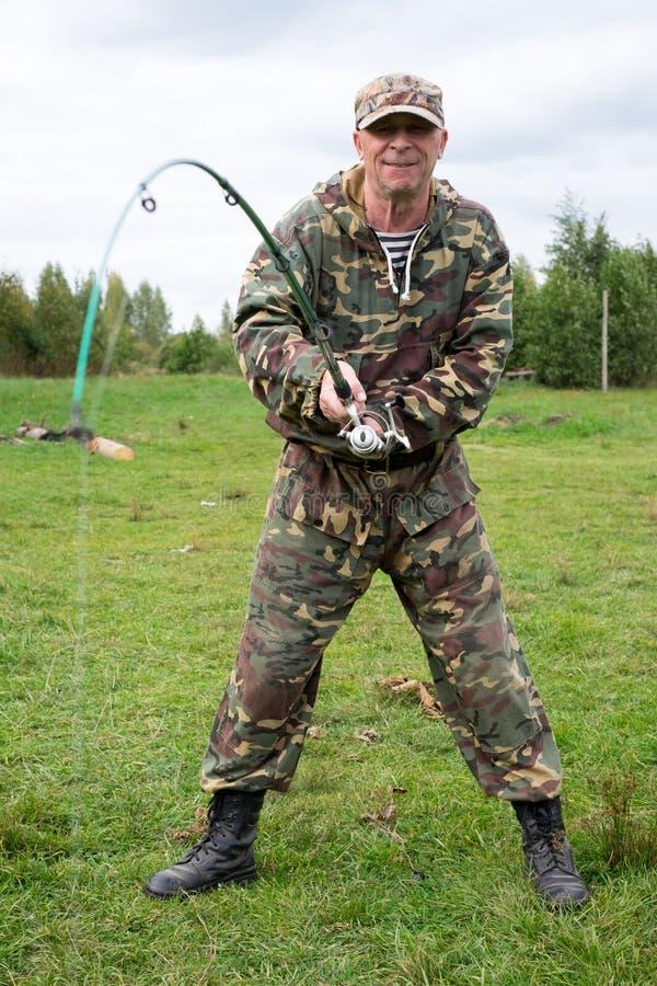Pêcheur avec la pêche de tige photographie stock