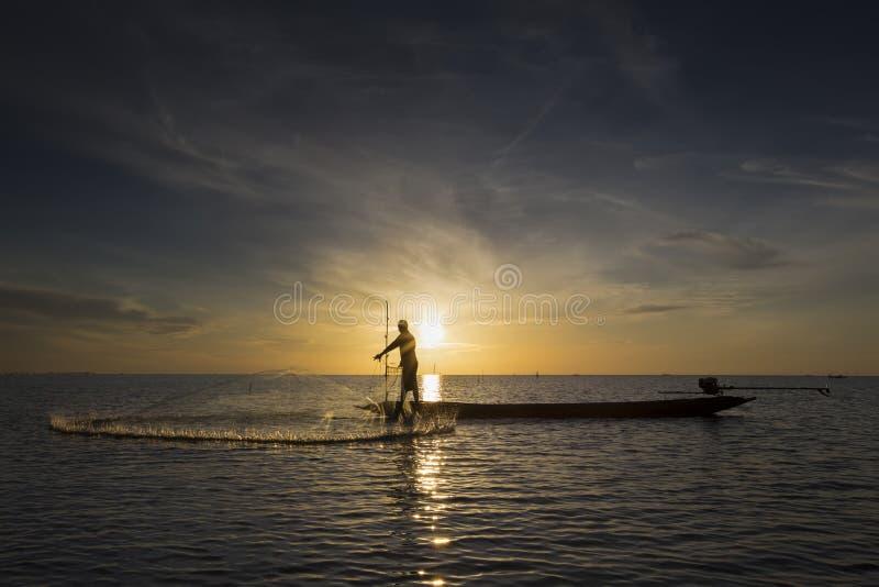 Pêcheur avec le beau lever de soleil images stock