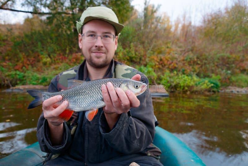 Pêcheur avec le chabot photo stock