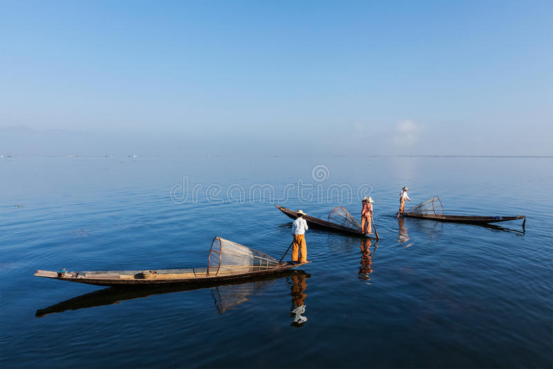 Pêcheur birman au lac Inle, Myanmar image libre de droits