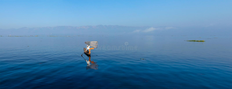 Pêcheur birman traditionnel au lac Inle photos stock