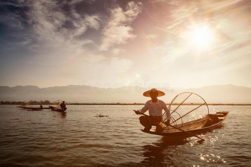 Pêcheur birman traditionnel au lac Inle, Myanmar photo stock