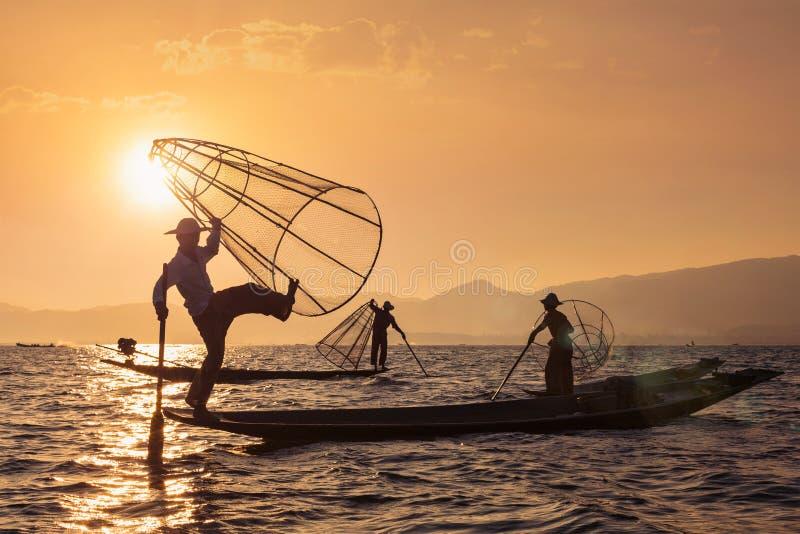 Pêcheur birman traditionnel au lac Inle, Myanmar photos stock