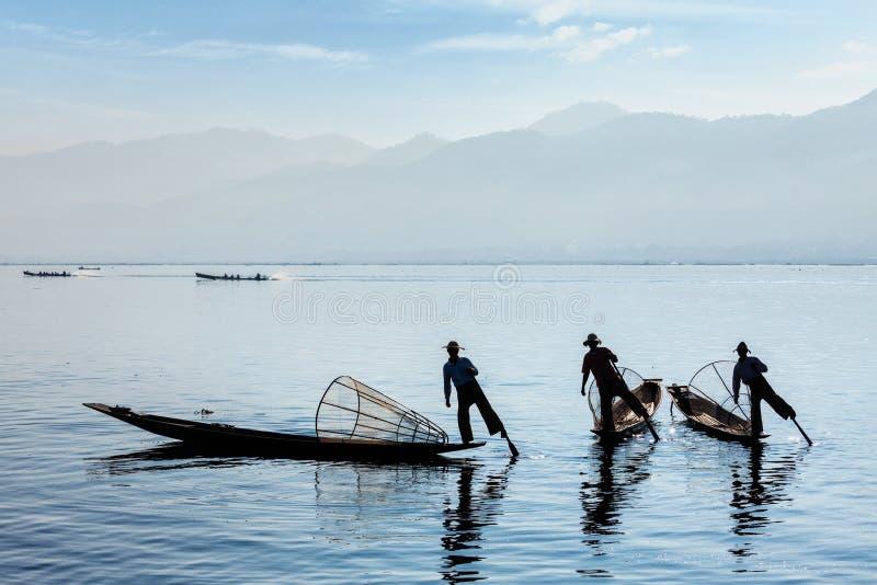 Pêcheur birman traditionnel au lac Inle, Myanmar image stock
