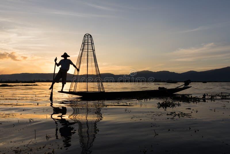Pêcheur birman traditionnel au lac Inle, Myanmar célèbre pour leur un style de aviron à jambes distinctif images libres de droits