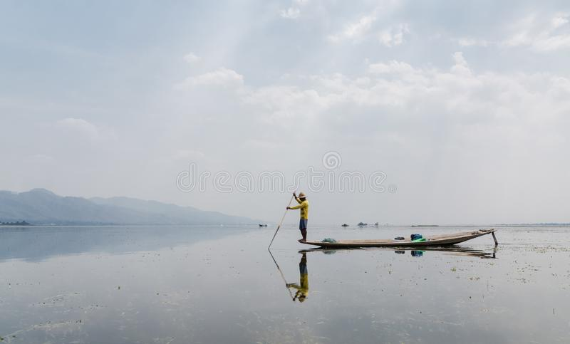 Pêcheur birman traditionnel d'aviron de jambe au lac Inle, Myanmar photographie stock