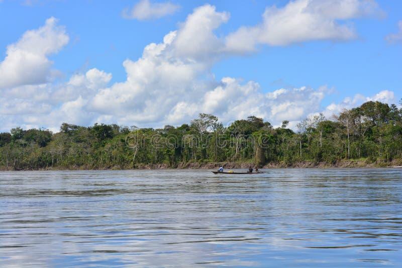 Pêcheur chez le fleuve Amazone, dans la jungle d'Amazone, le Pérou image stock