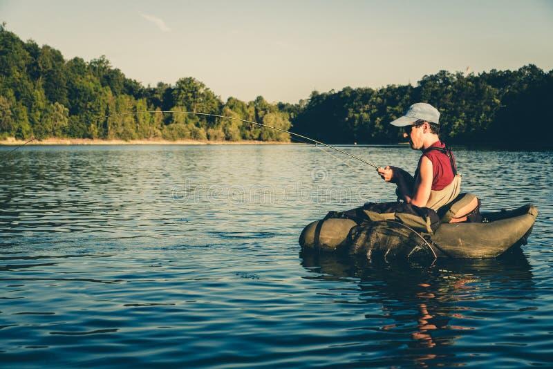 Pêcheur combattant avec la grande truite, Slovénie images stock