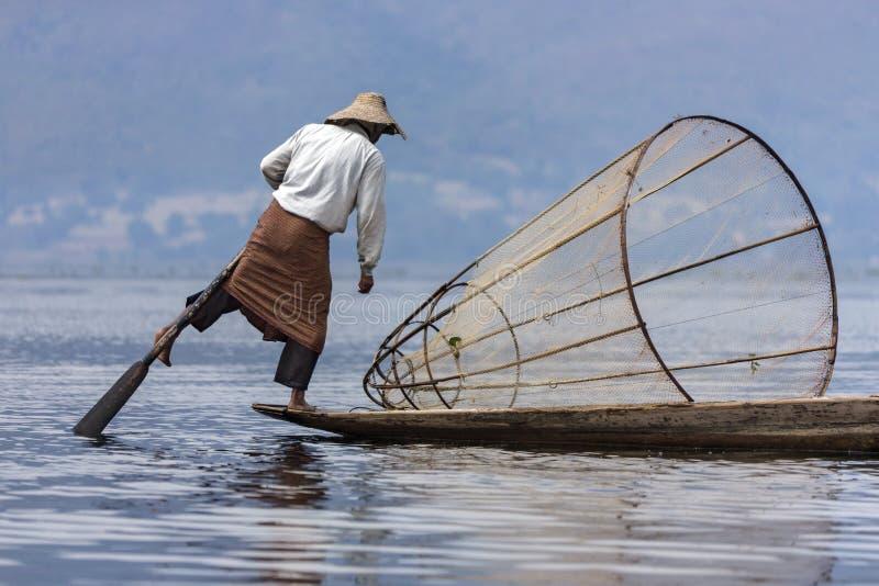 Pêcheur d'aviron de jambe - lac Inle - Myanmar photo stock