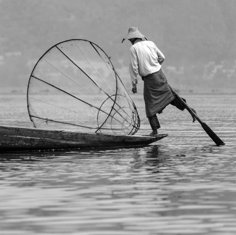 Pêcheur d'aviron de jambe - lac Inle - Myanmar images libres de droits