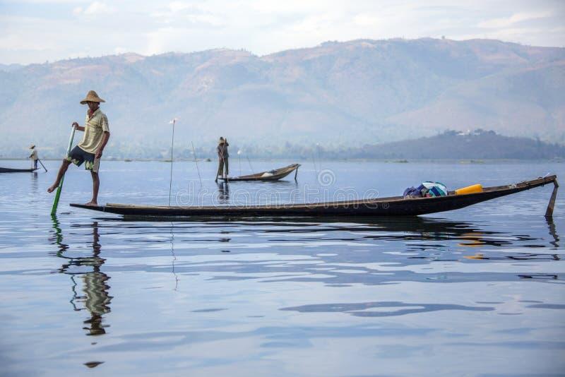 Pêcheur d'aviron de jambe - lac Inle - Myanmar photographie stock